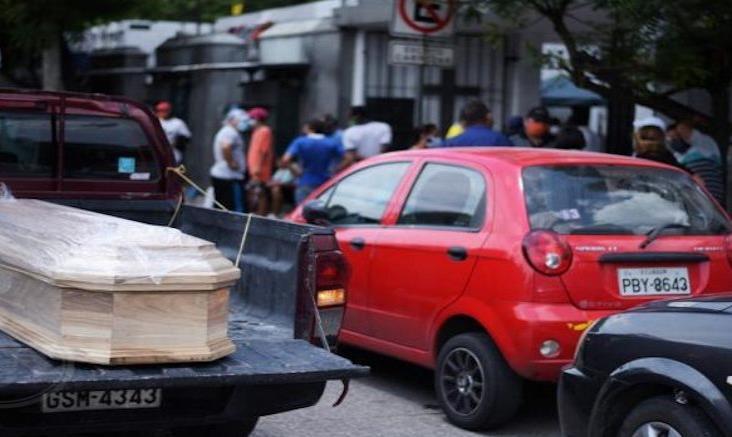 Retiran cientos de cadáveres de viviendas en Guayaquil