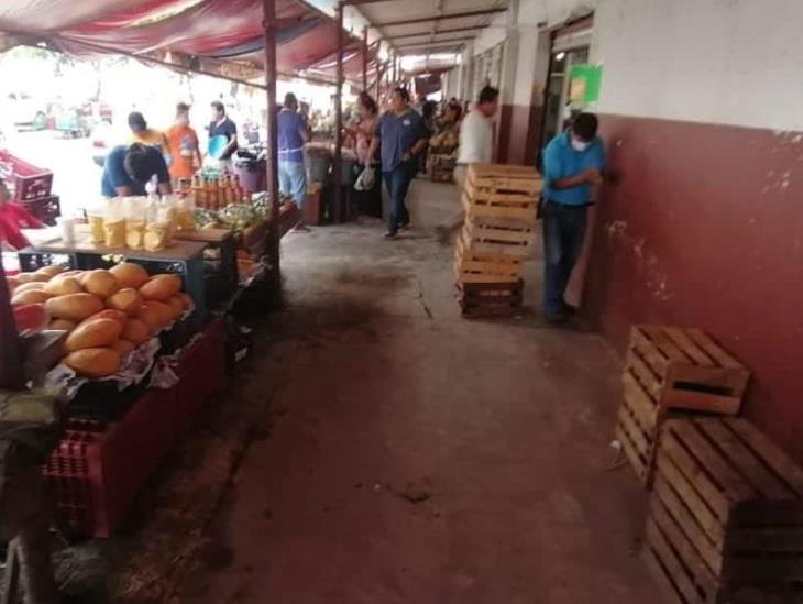 Asistencia escasa de vendedores campesinos en mercado, por cierre de transporte