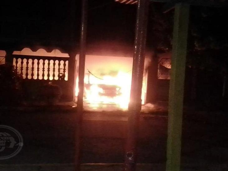 Tras secuestro fallido, delincuentes rafagean e incendian vehículo en Jáltipan