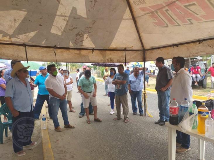Dialoga alcalde de Pajapan para que vendedores campesinos crucen por Barrillas