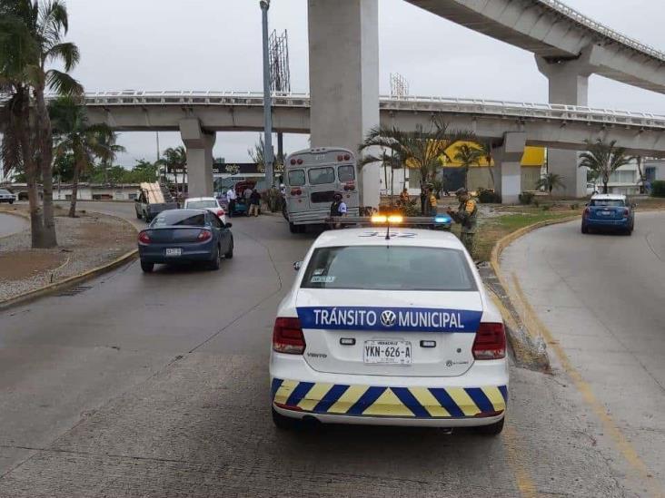Choca camión de la Semar contra muro del puente de la Boticaria