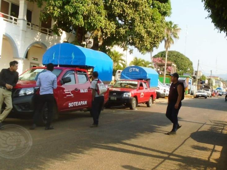 Transportistas se niegan a suspender el servicio en Soteapan