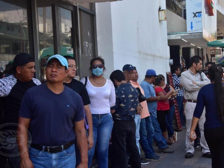 Interminables filas persisten afuera de bancos en Coatzacoalcos