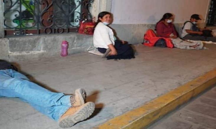 Campesinos de Oaxaca duermen en la calle para cobrar apoyo federal