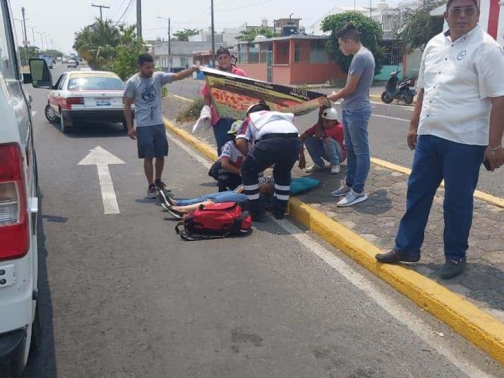 En Veracruz, conductor impacta y agrede a joven mujer motociclista