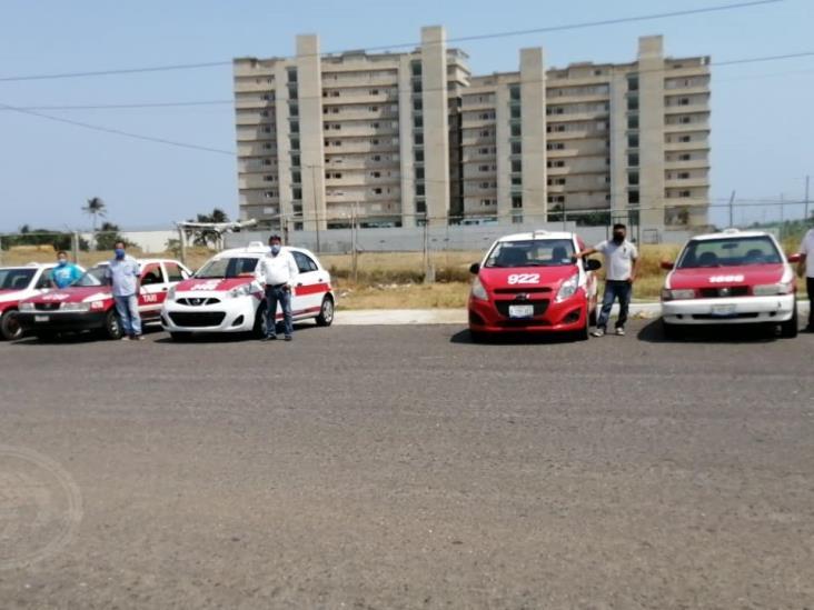 Taxistas brindan corridas especiales a personal médico de Coatzacoalcos