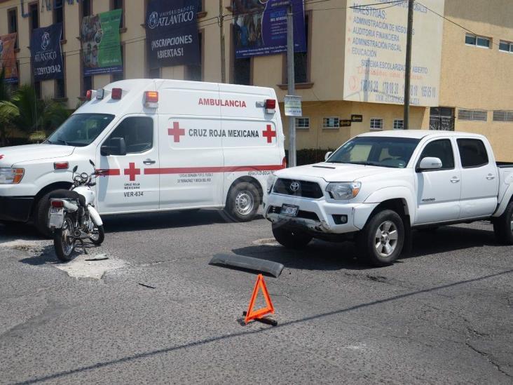 Motociclista se impacta con camioneta en calles de Veracruz
