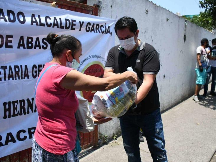 Comerciantes entregan despensas a tianguistas de Xalapa
