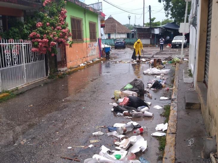 Lluvia arrastra basura y se inunda el mercado de Agua Dulce