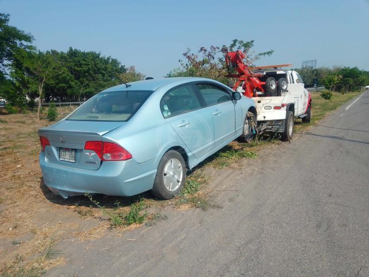 Vuelca y cae en zanja vehículo particular en carretera federal Veracruz-Xalapa