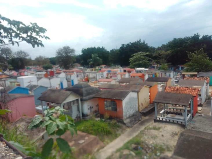 Se ven en difícil situación, trabajadores de panteón en Minatitlán