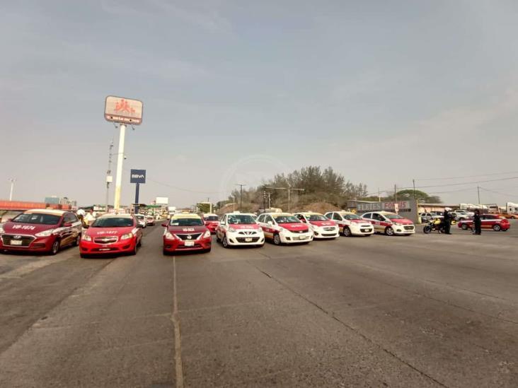 Cierran taxistas accesos a Veracruz; exigen apoyos por pandemia