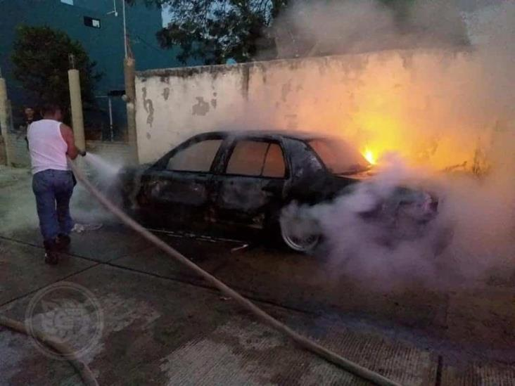 Incendio de vehículo y narcomanta generan operativo en Las Choapas