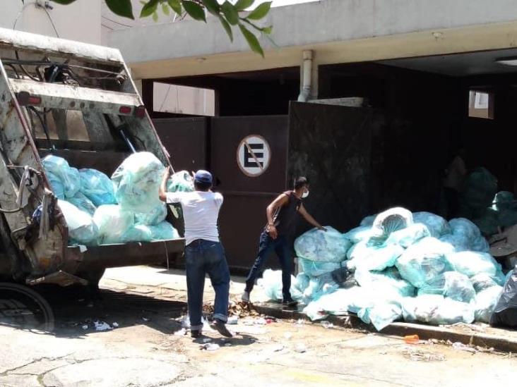 Sin protección, Limpia Pública levanta desechos del IMSS