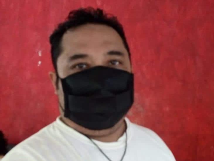 Sergio González comercializa cubrebocas para solventar gastos