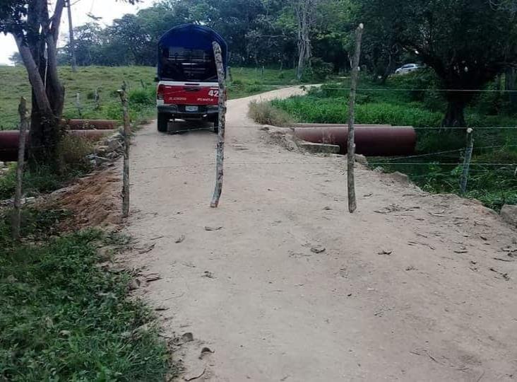 Cierran paso en área rural de Minatitlán, por adeudo