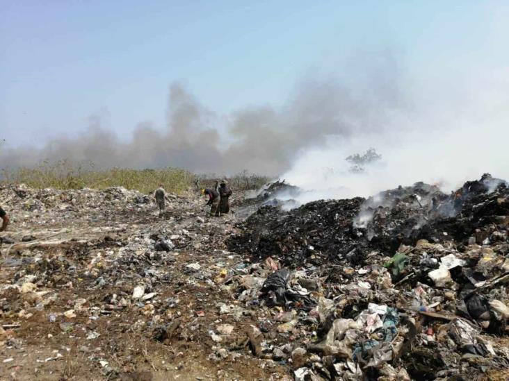 Humo de basurero intoxica a colonias de Minatitlán