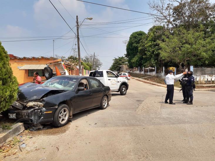 Aparatoso accidente en Oluta deja dos lesionados