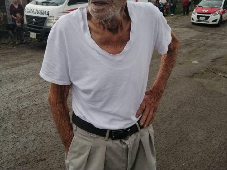 Hombre de la tercera edad escapa de su casa en camioneta, lo encuentran accidentado