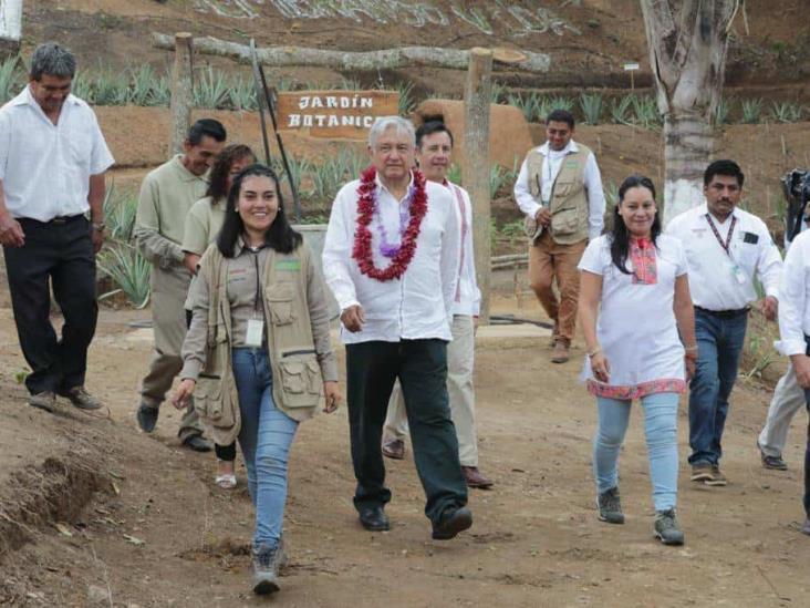 Carretera Hidalgotitlán-Minatitlán se hará con recursos recuperados: AMLO
