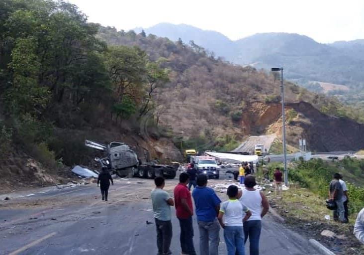 Tras accidente en la Puebla-Córdoba, saquean unidades con sueros para diálisis