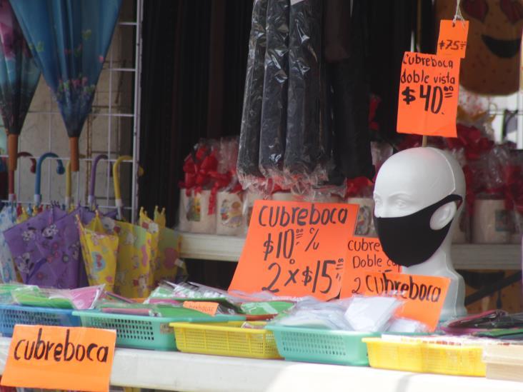 Ante baja de ventas en Las Choapas, comerciantes venden cubrebocas