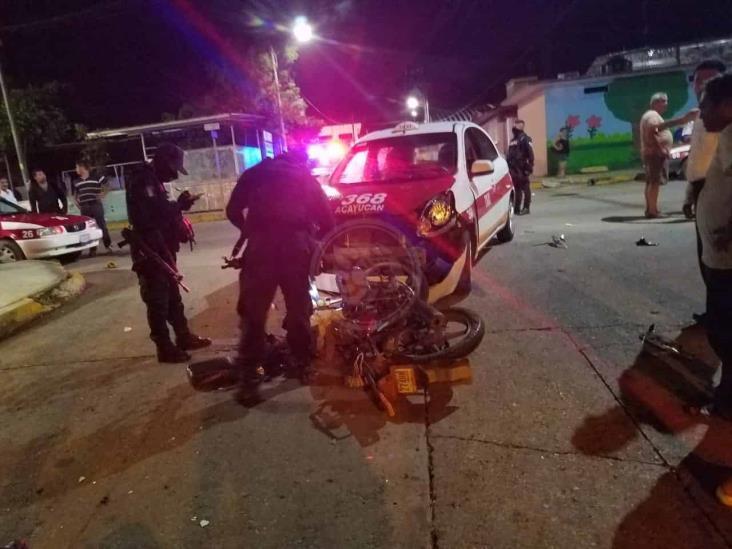 Motociclista sobrevive tras chocar conta taxi de Acayucan