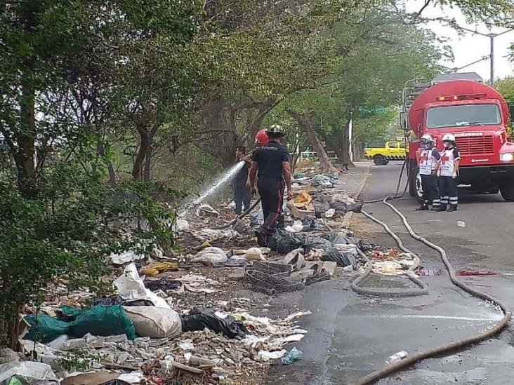 En Veracruz, bomberos controlan incendio de basurero clandestino