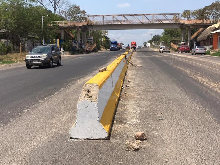 Colocan muros de concreto en carretera que cruza por Sayula