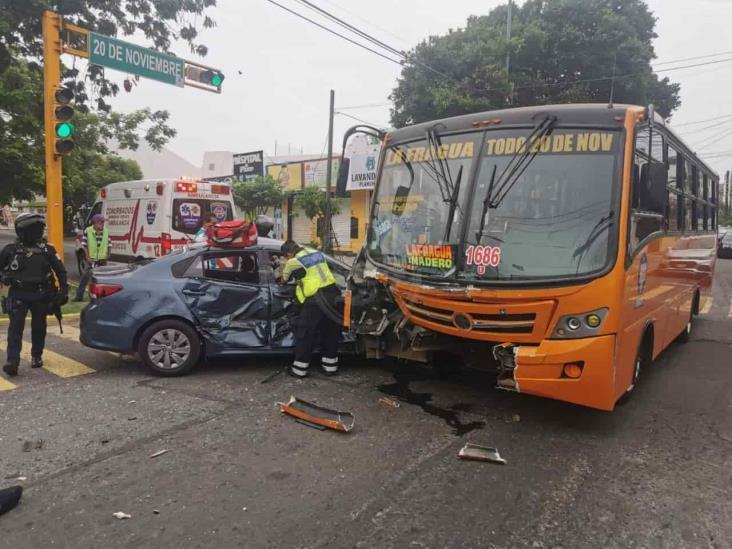 Se registra fuerte accidente entre urbano y vehículo particular; deja un herido