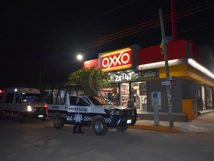 Pareja de delincuentes usan cubrebocas para atracar negocios en Acayucan