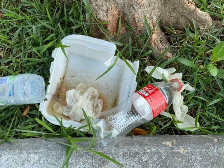 Contaminación en Coatzacoalcos; guantes y cubrebocas tirados en vía pública