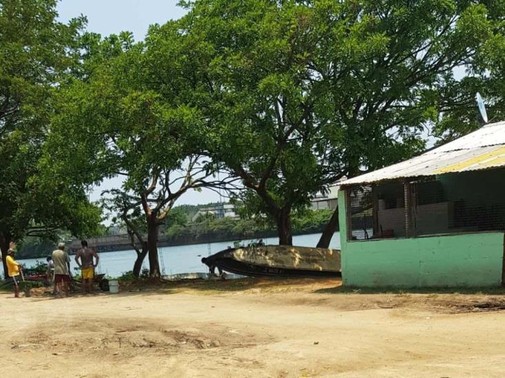 Fuera de toda norma, construyen local en zona federal en Capoacán