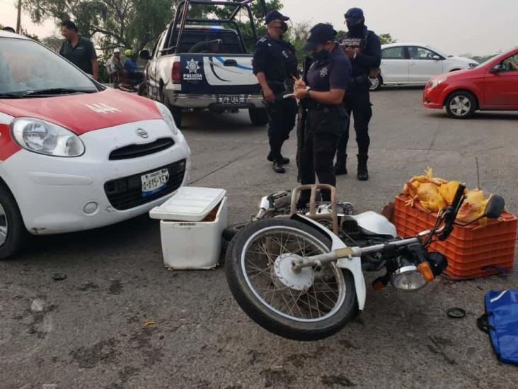 Vuela motociclista pollero al impactarse con un taxi en Cosamaloapan