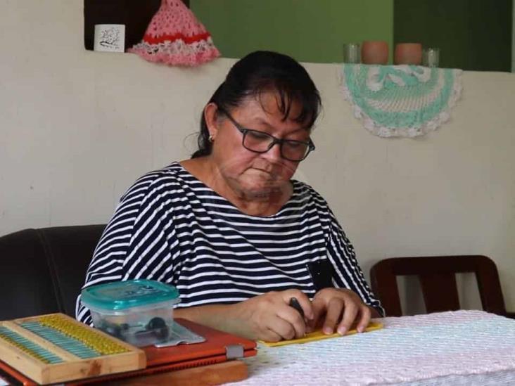 Patricia Reyna, celebra su día enseñando Braille a distanca