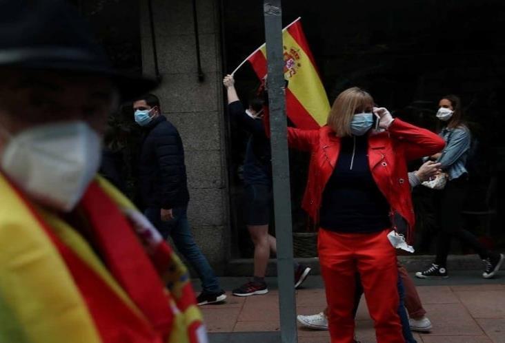 Gobierno español prohibe fumar en la calle tras sumar  2,935 nuevos casos de Covid