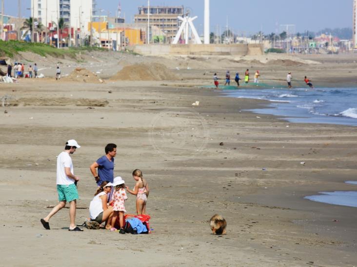 Se refrescan en playas de Coatzacoalcos ignorando contingencia