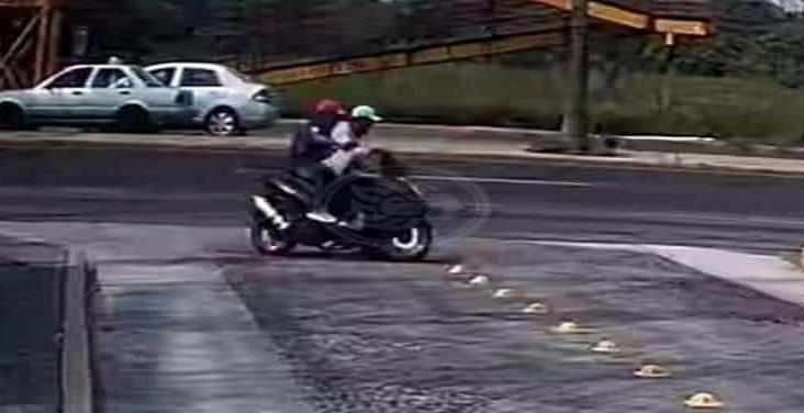 Dos sujetos en motociclista asaltan a mujer en plena calle de Veracruz