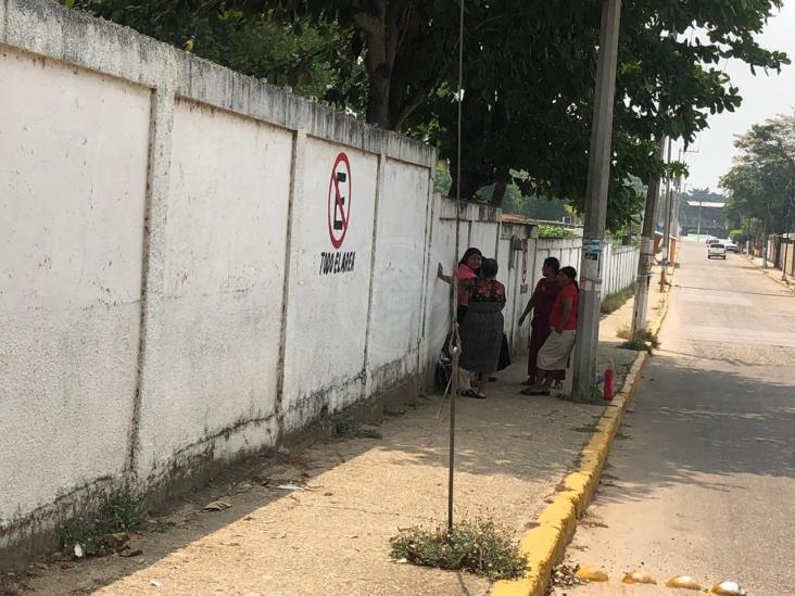 Sacan a la calle a familiares de pacientes del Hospital de Cosoleacaque