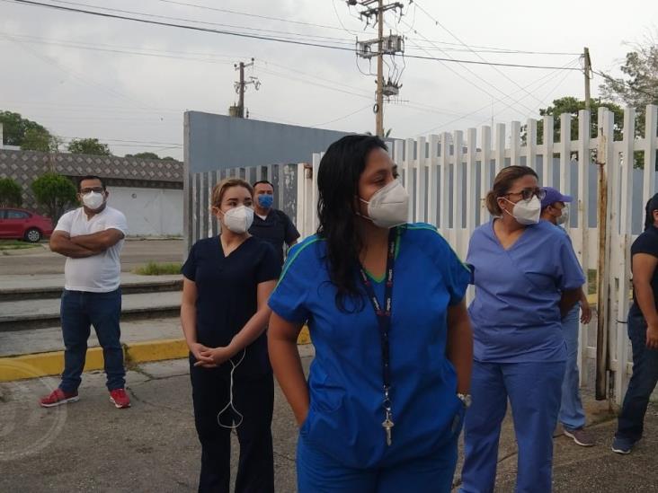 Trabajadores del hospital de Pemex Minatitlán, protestan por falta de equipos