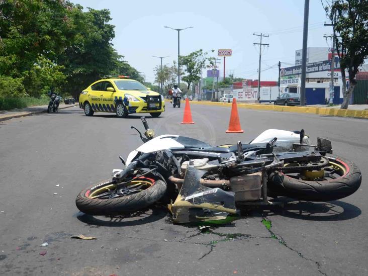 Vehículo atropella a dos jóvenes que viajaban en motocicleta en Veracruz