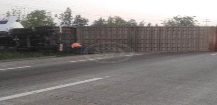 Se registra volcadura de tráiler en la autopista Córdoba-Puebla