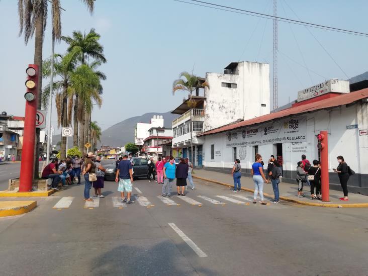 Bloquean calles de Río Blanco; exigen regularizar suministro de agua