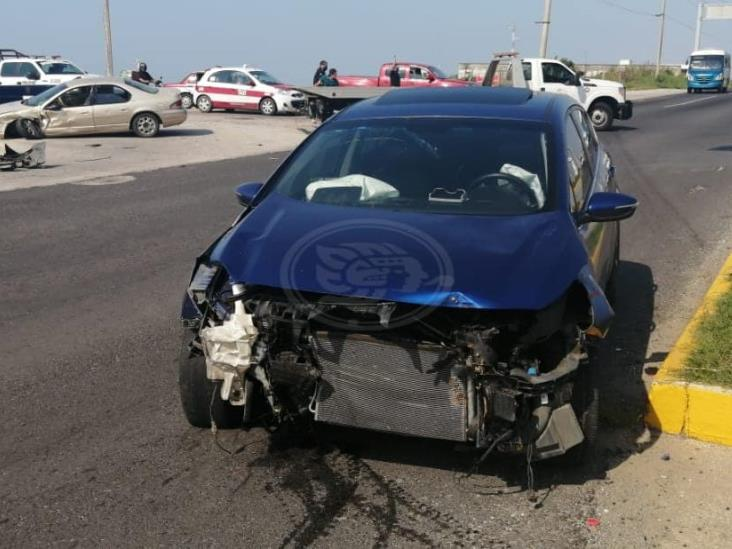 Aparatoso accidente entre vehículos en avenida UV de Coatzacoalcos