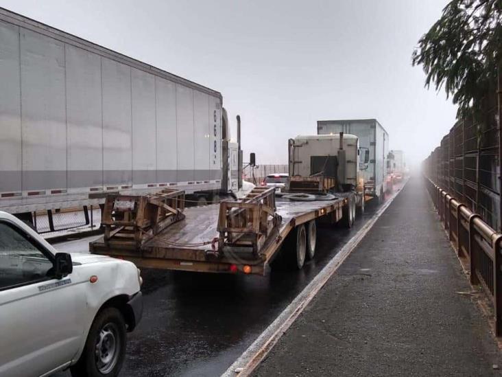 Lluvias y niebla provocan carambola en puente Metlác