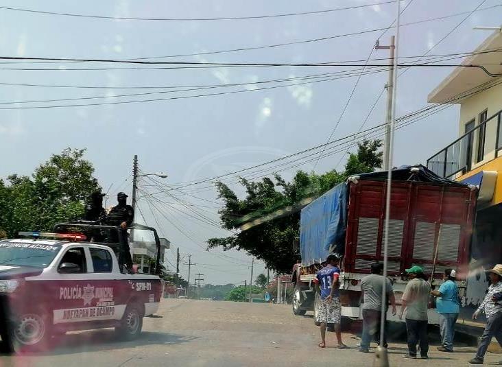 Policías de Hueyapan escolta camión cargado de cervezas hasta Oluta