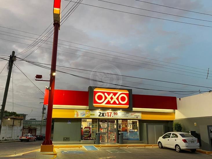 Par de hampones consuman robo en un Oxxo de Acayucan