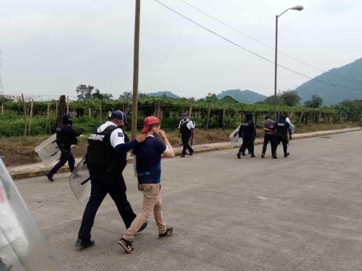 Se enfrentan policías y pobladores de Mariano Escobedo