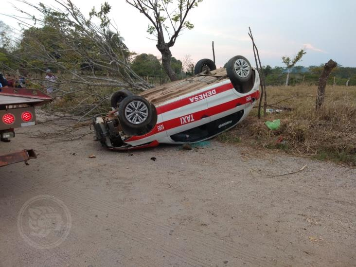 Aparatosa volcadura de taxi en Acayucan: no hubo lesionados