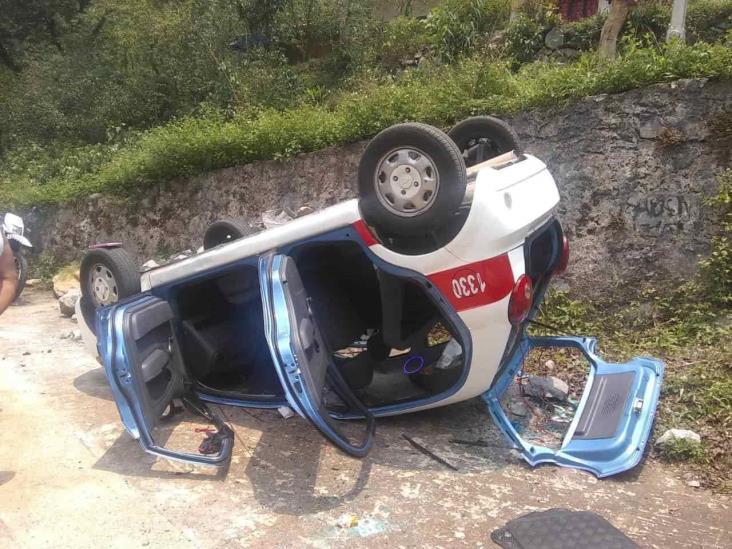 Volcadura de taxi de Orizaba deja dos lesionados y daños materiales